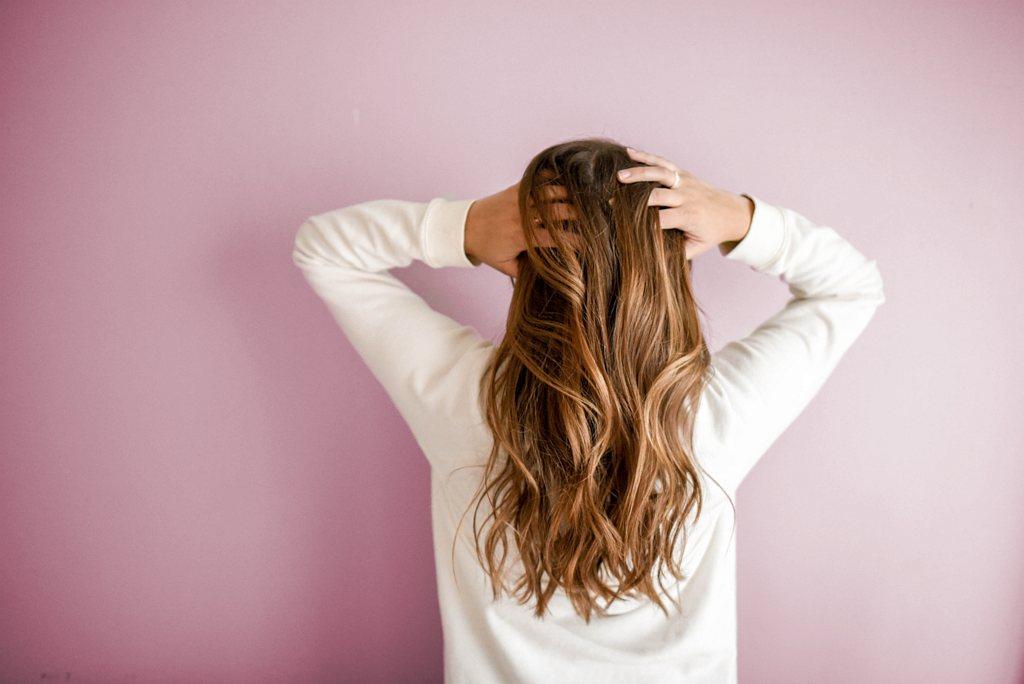Zabiegi na czasie – ratujemy cienkie i przerzedzające się włosy